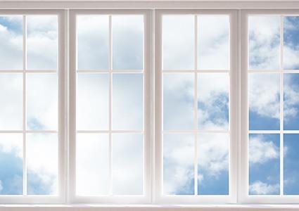 Fenêtres blanches à croisillons au soleil