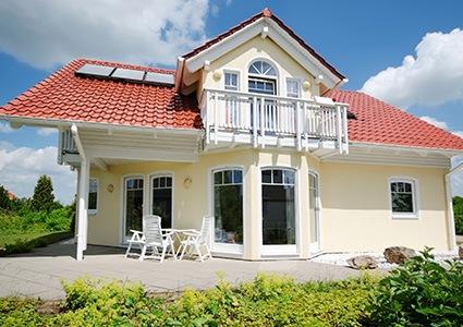 Maison avec de différents modèles de fenêtres