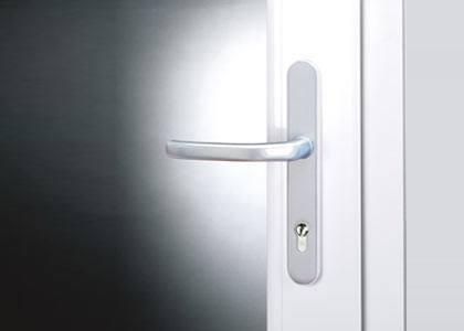 gachette intérieure d'une porte intérieure en aluminium