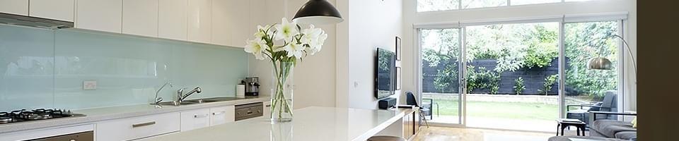 Porte fen tre galandage pratiques et confortables - Cuisine avec porte fenetre ...