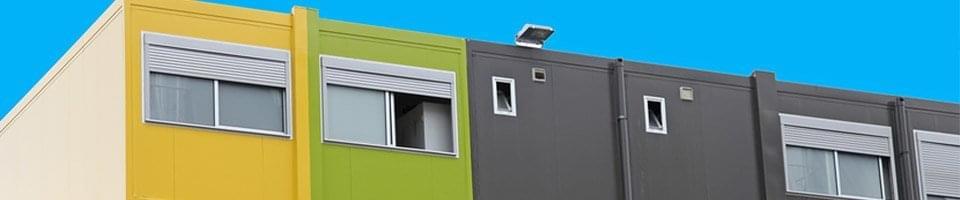 Fenêtres à deux vantaux et volet sur cabines d'habitat de chantier