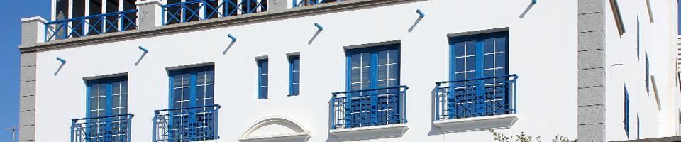 Fenêtres allégées bleues à croisillons blancs