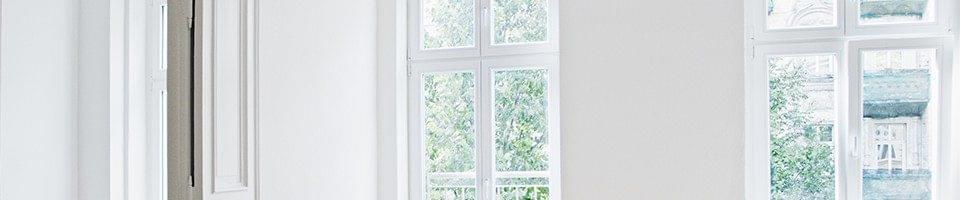 Fenêtres blanches ouvrables vers l'intérieur