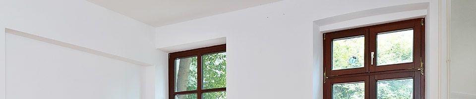 Fenêtres en bois foncé avec ouverture supérieure