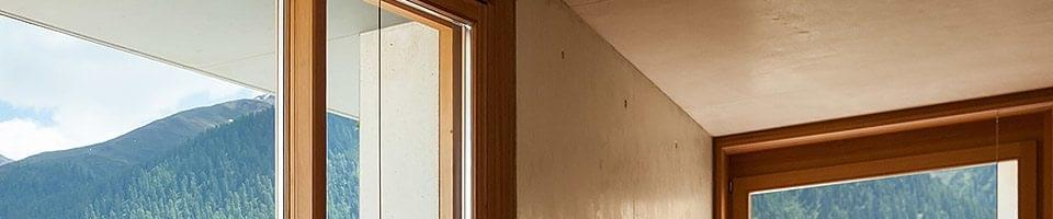 Maison montagnarde avec fenêtres en bois de couleur noisette