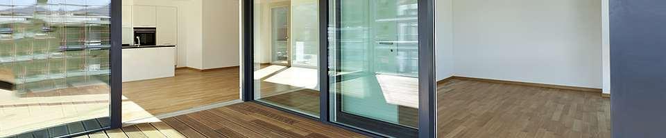 Pièces avec portes à galandage en aluminium
