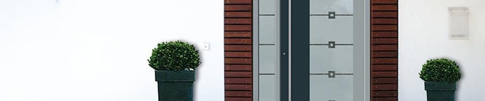 Porte d'entrée avec éléments en bois et aluminium et vitre décorée