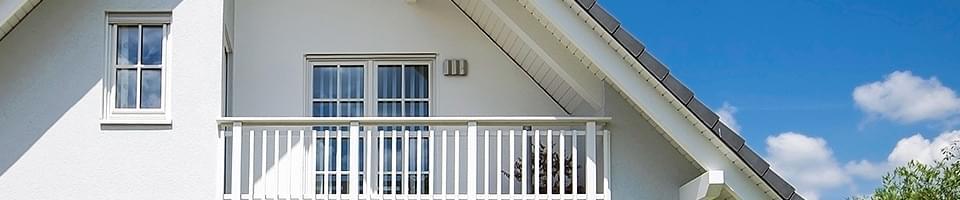 Porte-fenêtre double à croisillons donnant sur balcon