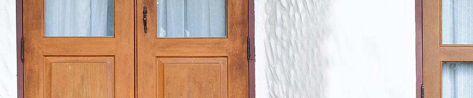 Porte-fenêtre double rustique en bois avec soubassement