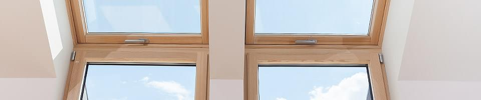 Quatre fenêtres en bois clair