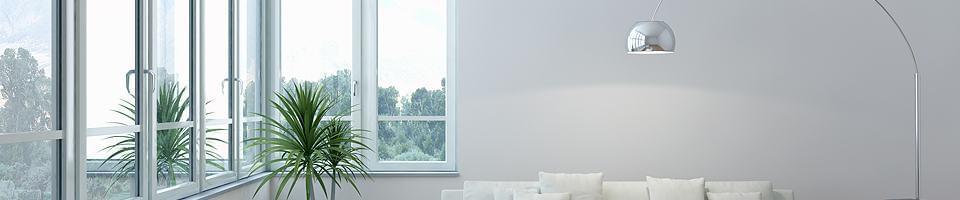 Rangée de fenêtres à soufflet blanches