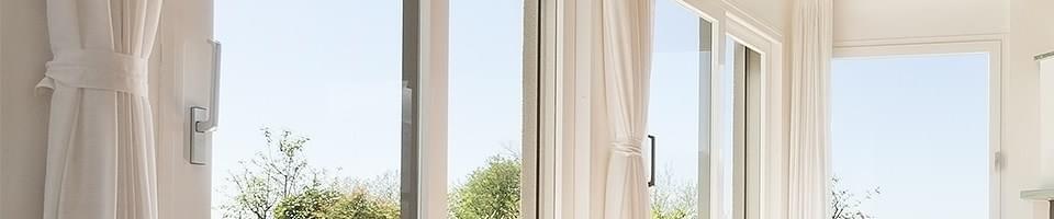 Rideaux sur fenêtres assorties